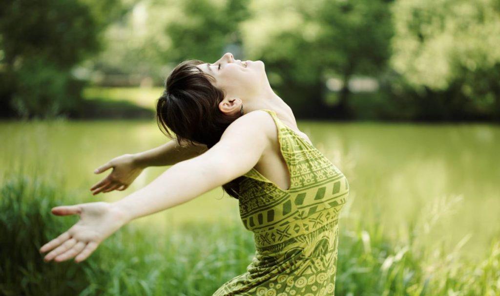 happy-girl-in-green-field
